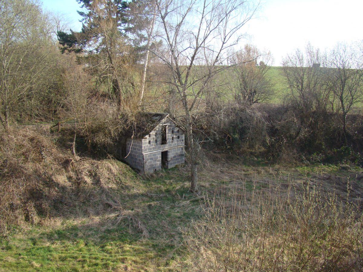 Ancien moulin au bord d 39 un village pionsat a la campagne for Constructeur maison individuelle puy de dome
