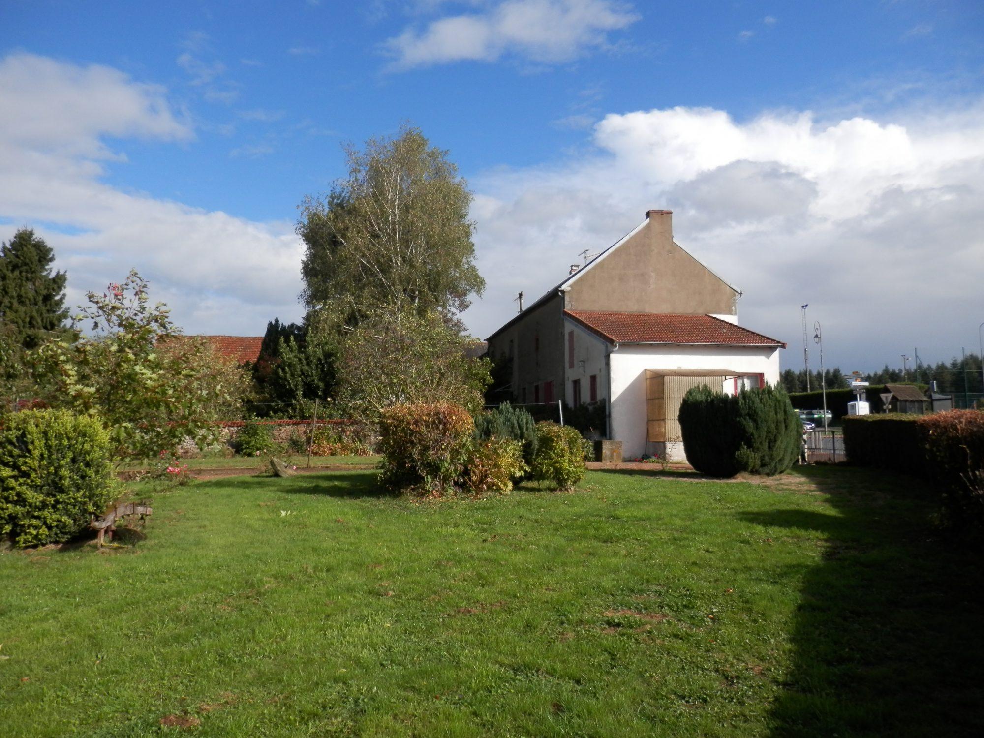 Belle maison avec son jardin terjat a la campagne for Jardin immobilier