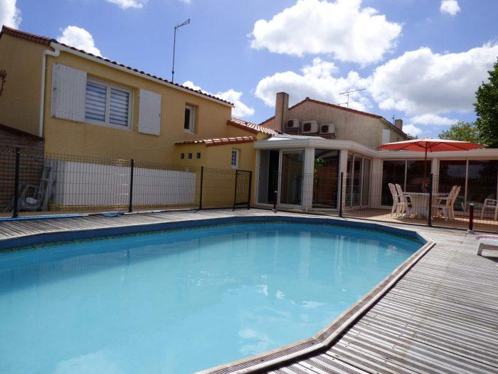 belle maison r nov e avec piscine en coeur de bourg mouilleron le captif 85000. Black Bedroom Furniture Sets. Home Design Ideas