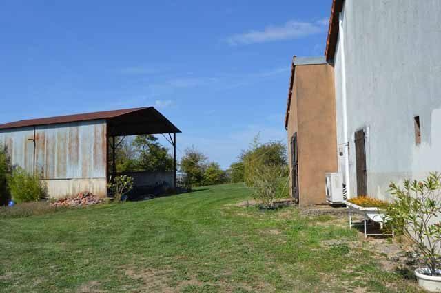 Maison de campagne avec vue imprenable sur les collines, située dans un petit village sur en bordure le Parc Régional du Morvan sur un terrain de 7800m²
