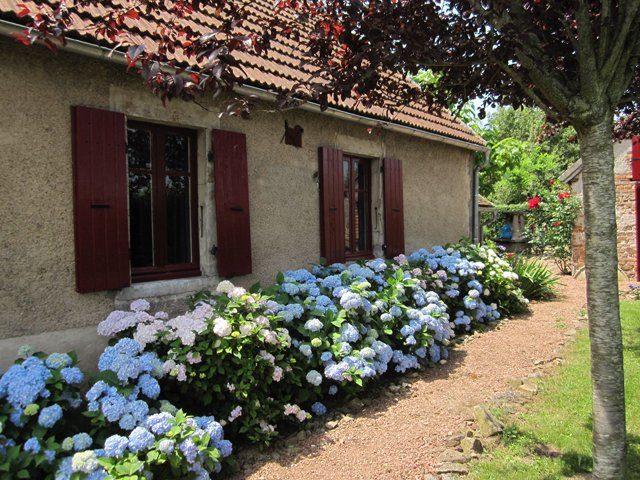 Jolie maison, habitable de suite avec une  vue imprenable sur les collines, située en bordure d'un hameau sur un terrain de 1015m² dans le Morvan Sud