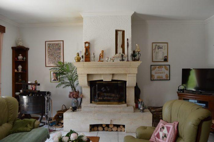 Une villa luxieuse Elle se situe sur un emplacement idéal, dans le parc régional du Morvan. La maison a une très bonne finition et est bien entretenue.