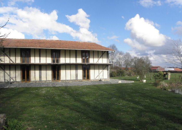 Maison traditionnelle rénovée avec 1,5 ha de terrain, piscine, grande grange et avec une vue panoramique sur la chaine de Pyrenées.