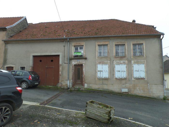 photo de Maison à rénover avec grange et jardin.